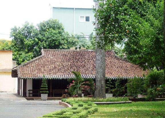 Nhà nguyện Giám mục Bá Đa Lộc, hiện tọa lạc trong khuôn viên Tòa Giám mục TP. Hồ Chí Minh. Ngoài giá trị lịch sử, đây còn là một trong số rất ít ngôi nhà cổ còn tồn tại ở Thành phố Hồ Chí Minh.