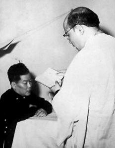 Linh mục làm lễ rửa tội cho Ngô Đình Cẩn trước giờ ra pháp trường.