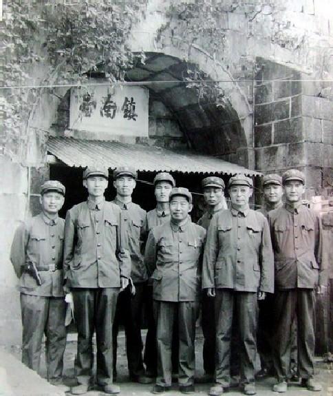 Quân đội Trung Cộng đứng trước cổng