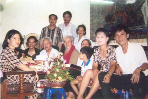2 vợ chồng Nguyễn Tất Trung và Lưu Thị Duyên cùng con là Nguyễn Thanh Trung (sinh năm 1992)  tại gia đình ông Vũ Kỳ vào năm 1998; người có râu trắng dài là ông Vũ Kỳ, mất năm 2005;  bên trái ông Kỳ là ông em ruột. Trung và vợ con ở phía phải