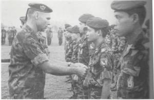 Đại Tá James B. Vaught gắn huy chuơng cho quân nhân Nhảy Dù VN sau hành quân Lam Sơn 719