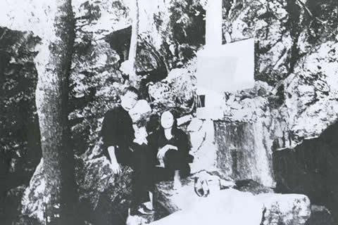 2 vợ chồng Trung và Duyên bên dòng suối ở Hang Pắc Bó - Cao Bằng (ông Hồ đặt tên cho suối này là suối Lênin, cạnh đó là núi Mác)