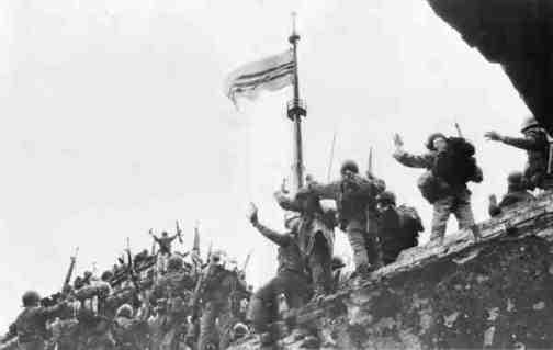 Tiểu đoàn 6 Thủy quân Lục chiến đã dựng quốc kỳ Việt Nam Cộng Hòa trên cổng tường phía Tây Cổ Thành Quảng Trị