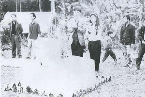 2 vợ chồng Nguyễn Tất Trung và Lưu Thị Duyên viếng mộ của tướng Chu Văn Tấn;  thượng tướng Chu Văn Tấn người dân tộc Nùng ở Bắc Sơn, Tư lệnh kiêm chính ủy Quân khu Việt Bắc,  Phó chủ tịch Quốc hội, sinh năm 1910, mất năm 1984, bị lột hết chức vụ năm 1978  vì '' tội'' làm gián điệp cho Tàu không có xét xử; khi chết không được chôn ở Nghĩa trang Mai Dịch,  mộ trong ảnh ở Thái nguyên, mấy người đứng quanh là mật vụ công an luôn theo dõi những người đến thăm mộ