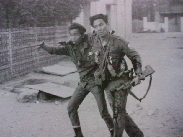 Binh sĩ VNCH đang cứu thương cho đồng đội tại An Lộc