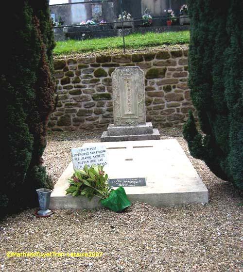 """Ngôi mộ của bà Hoàng Hậu Nam Phương, người vợ chính thức đầu tiên của Bảo Đại, rất dễ nhận ra, vì có hai cây tùng trồng hai bên mộ, nay đã cao và to phình. Ngôi mộ có vẻ mới được trùng tu lại, sạch sẽ, đơn sơ. Nắp đậy huyệt chỉ là một tấm bê tông phẳng phiu, có chạm nổi hình thánh giá và một tấm bia chìm đề hàng chữ """" Sa Majesté Nam Phuong Impératrice d'Annam 1913 – 1963"""" . Trên nắp huyệt dựng một tấm bia khác đề rõ hơn một chút """" Ici repose l'Impératrice Nam Phuong, née Jeanne Mariette Nguyen Huu Hao, 14.11.1913 – 15.09.1963"""". Thật ra tên của bà là Nguyễn Hữu thị Lan. Tấm bia cũ, viết chữ Hán nôm, vẫn còn đứng ở đầu mộ."""