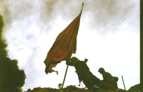 Lính Trung quốc đang cắm cờ tại đỉnh núi 1509 ( núi Lão Sơn ) trong trận chiến ngày 28-4-1984.