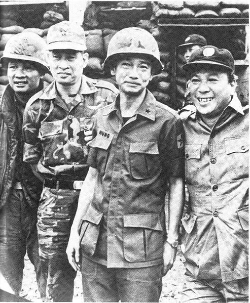 Tổng thống Nguyễn Văn Thiệu (phải) và Tướng Lê Văn Hưng gặp lại nhau sau chiến thắng An Lộc