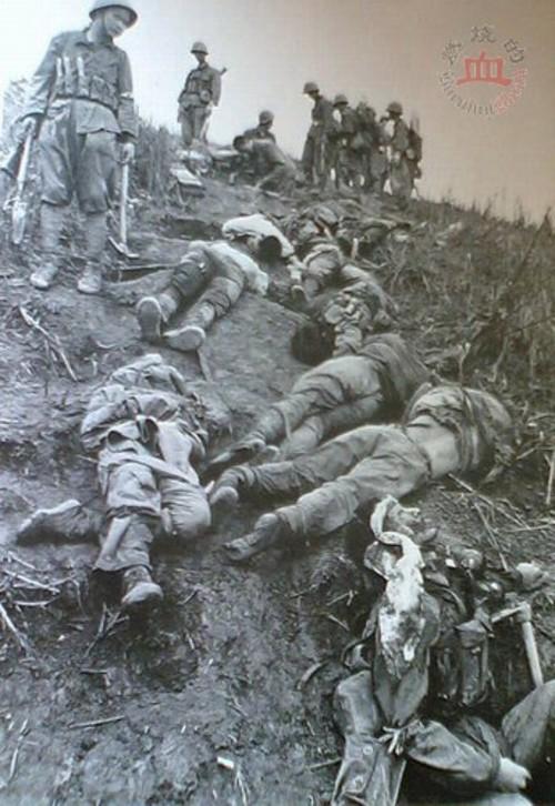 Lính Trung Quốc đứng cạnh những người lính Việt Nam đã anh dũng hy sinh vì đất nước