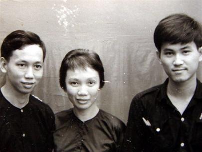 Tháng 6-1968, trong chiến khu kháng Mỹ. Từ trái sang : Ông Lê Quang Lộc, bà Dương Quỳnh Hoa, ông Lê Hiếu Đằng - ba thành viên Liên minh các lực lượng dân tộc, dân chủ và hòa bình Việt Nam (ảnh tư liệu của ông Phạm Hy Tùng)
