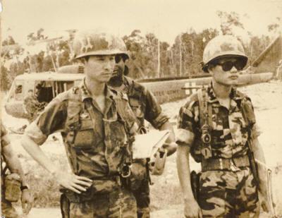 Người ở lại Charlie, Cố Đại tá Nguyễn Đình Bảo (phải), Tiểu đoàn Trưởng Tiểu đoàn Song Kiếm Trấn Ải 11 Dù (với Đ/U Dù Đoàn Phương Hải. trái)