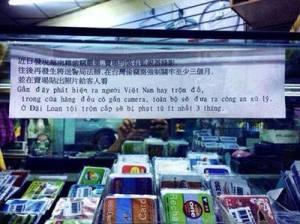 Tấm bảng có dòng chữ tiếng Việt trong một siêu thị tại Ðài Loan.