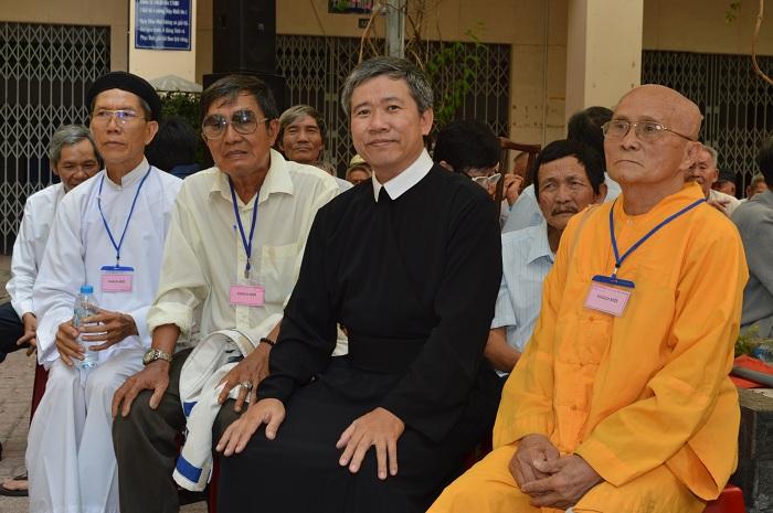 Cha Giuse Hồ Đắc Tâm, Bề trên Tu viện, kiêm chánh xứ Gx. Đức Mẹ HCG Sài Gòn ngồi cùng với một số chức sắc tôn giáo bạn