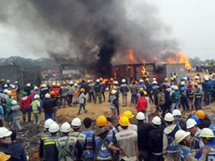 Công nhân châm lửa đốt cháy 3 thùng container Ảnh: Nam Anh/chaobuoisang