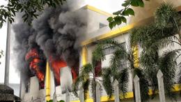 Khói và ngọn lửa bùng ra các cửa sổ của nhà máy ở Bình Dương vào ngày 14 tháng năm 2014. Những công nhân biểu tình chống Trung Quốc đã đốt hơn một chục nhà máy ở Bình Dương. AFP