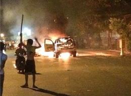Có một số công nhân chặn đốt xe trên đường phố. (infonet)