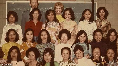 Nữ tài tử Tippi Hedren và lớp học Nail đầu tiên dành cho người Việt do bà tổ chức tại trại Hope Village, Sacramento 1975.