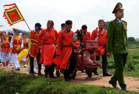 Dân làng trong trang phục lễ hội chuẩn bị cho lễ hội chém lợn ở Tỉnh Bắc Ninh ngày 24/2/2015