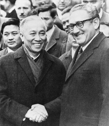 Cái bắt tay này đã kết thúc chuỗi mật đàm kéo dài ba năm giữa  Lê Đức Thọ và H.Kissinger.