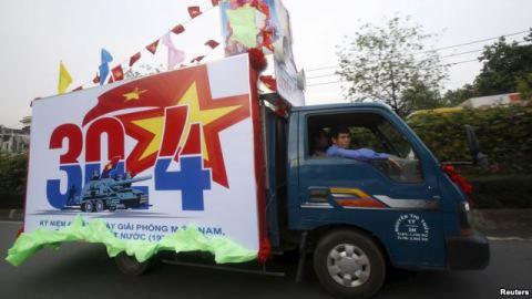 """Xe tải quảng bá kỷ niệm 40 năm ngày """"Giải phóng miền Nam"""" trên đường phố TP HCM."""