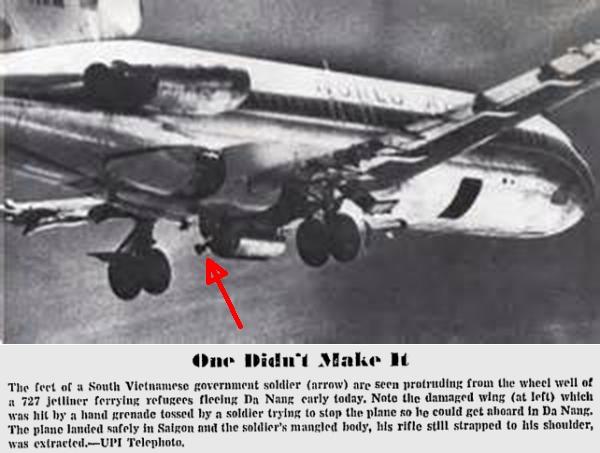Chân một ngươi lính VNCH còn trong bộ phận hạ cánh của chiếc World Airways 727 và cánh trái của phi cơ  hư hại vì lựu đạn của lính VNCH nhưng vẫn rời Đà Nẵng. Nguồn: UPI