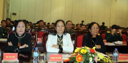 """Ba nữ dân quân tham dự Hội thảo """"Dân quân tự vệ Việt Nam - Lực lượng vô địch của dân tộc anh hùng"""". Ảnh: Duy Hồng."""