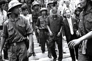 Các ông Dương Văn Minh và Vũ Văn Mẫu bị giải đến Đài Phát thanh để đọc lời kêu gọi buông súng