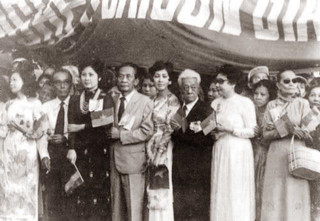 Các nghệ sĩ Saigon dự mít-ting mừng CSBV, tháng Năm 1975