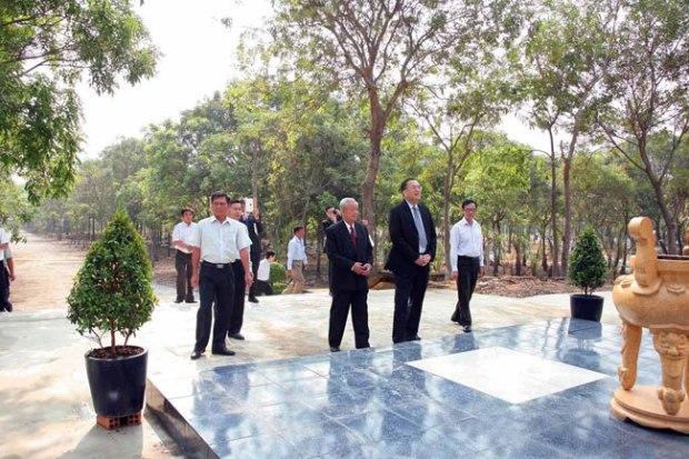Cựu thiếu tá VNCH Nguyễn Đạc Thành cùng tổng lãnh sự Hoa Kỳ tại Saigon, ông Lê Thành Ân, thăm nghĩa trang Biên Hòa.