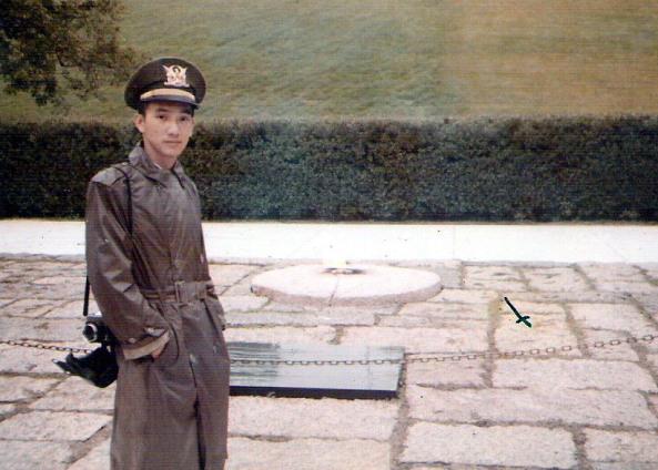 Bên mộ Tổng thống Kennedy, Nghĩa trang Arlington (Hình tác giả chụp năm 1971).