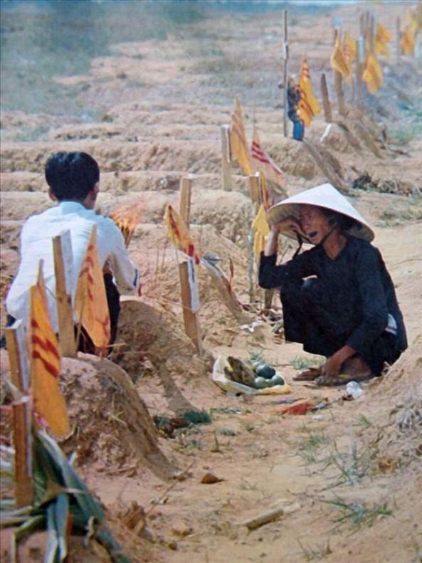 Người mẹ bên nấm mộ mới chôn (1972)