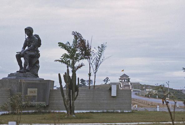 Bức tượng Thương Tiếc là hình ảnh người lính ngồi nghỉ chân trên bệ đá, súng để ngang đùi, nét mặt buồn bã