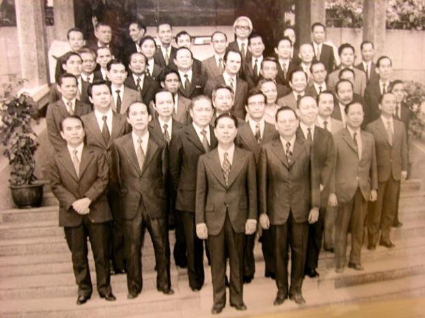 Nội các Thủ tướng Nguyễn Bá Cẩn (14/4/1975) TT N B Cẩn (giữa), PTT N V Hảo (hàng thứ nhì, bên trái TT NBC)