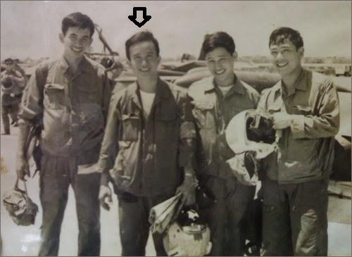 Nguyễn Thành Trung và các phi công CSVN sau khi ném bom TSN@ On the Web
