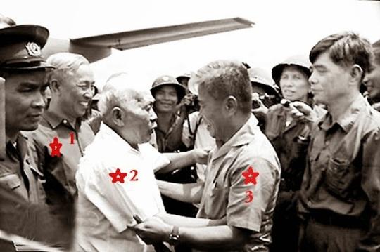 Lê Đức Thọ (1), Tôn Đức Thắng (2), Phạm Hùng (3), tháng 5/1975