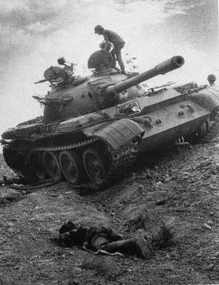 Chiến xa T54 của CSBV bị bắn cháy