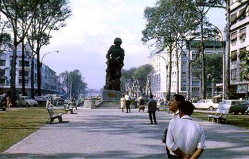 Tượng đài Thủy Quân Lục Chiến giữa công viên Sài Gòn trước năm 1975