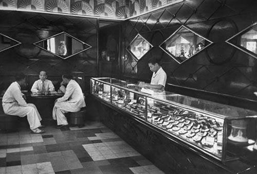Một cửa hàng bán đồng hồ đeo tay trong Thương Xá GMC.