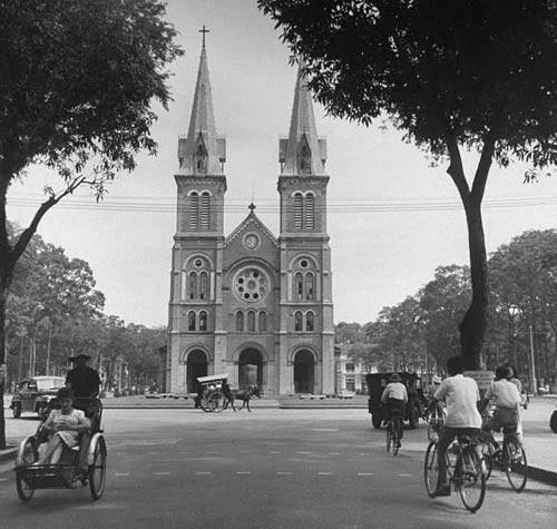 Nhà thờ Notre Dame de Saigon và Place Pigneau de Béhaine, hình chụp từ đường Catinat.