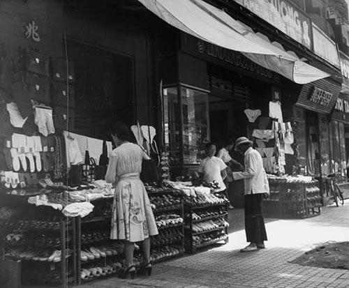 Cửa hàng giầy dép và áo quần lót, có lẽ trên đường Bonnard (Lê Lợi).