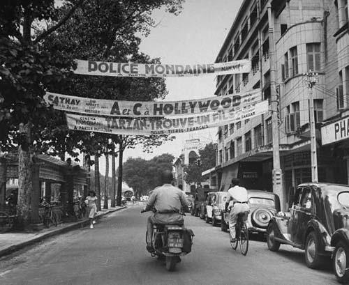 Những biểu ngữ quảng cáo phim truyện với người lái xe mô-tô trên Boulevard Charner.