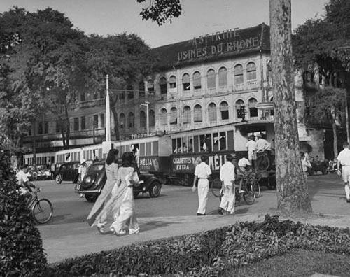 Xe điện trên Boulevard de la Somme (Hàm Nghi). Xe điện mang quảng cáo thuốc lá Mélia của Hảng MIC (Manufacture d'Indochine de Cigarettes) và trên nóc nhà có đèn ống mang thương hiệu thuốc Aspirine – Usines du Rhône (Rhône-Poulenc).