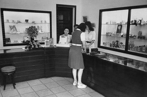 Một tiệm bán hàng mỹ phẩm và nước hoa.