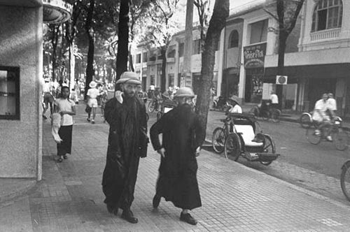 Hai tu sĩ tây thuộc dòng Francisco trên đường Catinat (Tự Do).