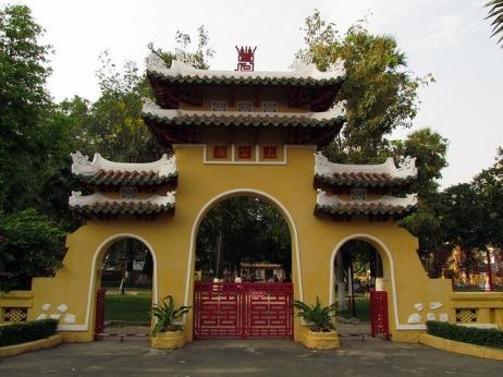 Cổng chính của Lăng Ông.