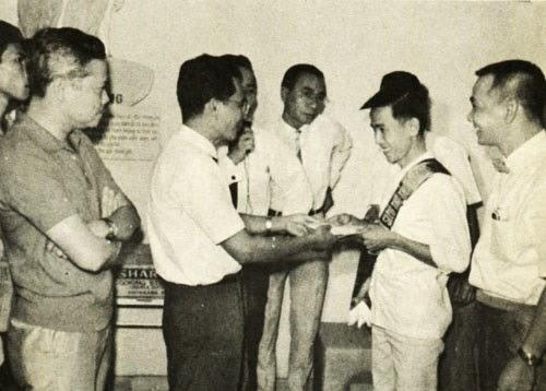 """""""Hoan nghênh công dân siêu thị thứ 100.000, là anh Lê Văn Sâm...""""."""