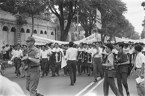 Cổng Luật Khoa ĐH Đường trên đường Duy Tân - Saigon Aug 23, 1964. SV Biểu Tình chống tướng Nguyễn Khánh