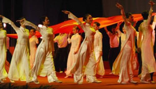 Biểu diễn văn nghệ chào mừng kỷ niệm 65 năm ngày Quốc Khánh và CMT8 tại Hà Nội hôm 02/9/2010