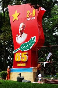 Công nhân đang lắp đặt áp phích chào mừng Quốc Khánh hôm 31/8/2010. AFP photo/Hoang Dinh Nam