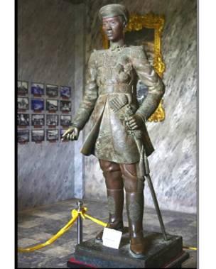 Sử ghi Vua Khải Định là người tiên phong dùng gươm thẳng thay vì gươm cong